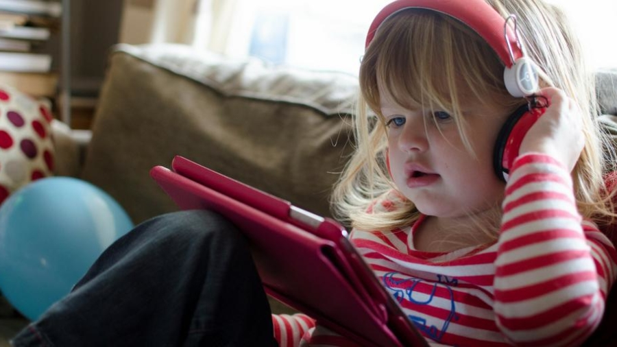 Reasons screen time before bed spoils your sleep